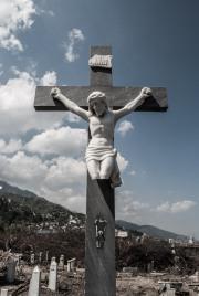 Cristo roto en tumba del Cementerio de Los Extranjeros.