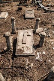 Tumba y restos de panteón en el Cementerio de Los Extranjeros.