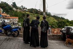 Jóvenes seminaristas, se dedican a ver hacia la parte alta de la Comunidad de El Calvario, ubicada en la parroquia El Hatillo del estado Miranda, Venezuela. Photowalk organizado por VAEArts y la alcaldía de El Hatillo, en el marco de la actividad cultural #ElCalvarioPuertasAbiertas y el programa cultural Vive El Hatillo.