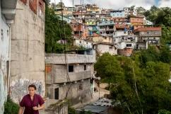 Transeúnte camina por los callejones que comunican a toda la Comunidad de El Calvario, ubicada en la parroquia El Hatillo del estado Miranda, Venezuela. Photowalk organizado por VAEArts y la alcaldía de El Hatillo, en el marco de la actividad cultural #ElCalvarioPuertasAbiertas y el programa cultural Vive El Hatillo.