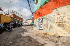 Las empinadas subidas suelen ser transitadas por motos de los integrantes de la Comunidad de El Calvario, ubicada en la parroquia El Hatillo del estado Miranda, Venezuela. La pared muestra parte de la formación educativa que se le está dando la zona. Photowalk organizado por VAEArts y la alcaldía de El Hatillo, en el marco de la actividad cultural #ElCalvarioPuertasAbiertas y el programa cultural Vive El Hatillo.