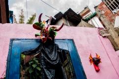 Detalle de un traje de Diablo Danzante de Corpus Christi, perteneciente a la Comunidad de El Calvario, ubicada en la parroquia El Hatillo del estado Miranda, Venezuela. Los miembros de El Calvario afirman que celebran todo el calendario de las festividades tradicionales venezolanas. Photowalk organizado por VAEArts y la alcaldía de El Hatillo, en el marco de la actividad cultural #ElCalvarioPuertasAbiertas y el programa cultural Vive El Hatillo.