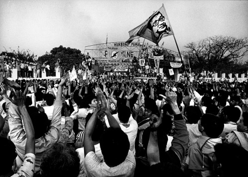 """""""People Power"""" protestors encircle the Philippine Constabulary. The compound was the center of the military coup against Ferdinand Marcos. Copyright 1986, courtesy Kim Komenich THIS PHOTO IS INTENDED FOR ONE TIME USE AT NO CHARGE BY HENNI ESPINOSA FOR THE PEOPLE POWER 20TH ANNIVERSARY EDITION OF """"KABABAYAN EDITION"""". DO NOT TRANSMIT THIS PHOTOGRAPH IN ANY FORM ON THE INTERNET OR ON TELEVISION. THIS PHOTO MUST BE PERMANENTLY REMOVED FROM KABABAYAN EDITION COMPUTERS AND SERVERS UPON PUBLICATION."""